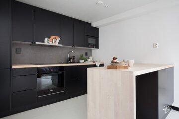 Mattamusta keittiö loft-kodissa