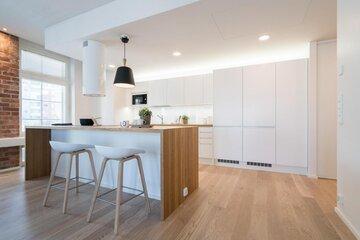 Loft-asunnon vaalea keittiö