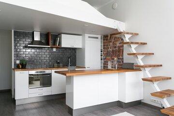Upeasti remontoitu keittiö yksiössä