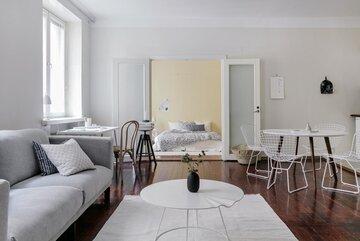 Olohuoneen ja makuuhuoneen välissä kauniit pariovet