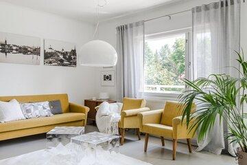 Keltaiset sohvat olohuoneen väripilkkuina