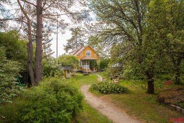Hirsitalon ihastuttava vanhanajan puutarha ja piha