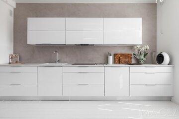 Valkoinen keittiö mikrosementtiseinällä