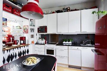 Retroa ja punaista kaksion keittiössä