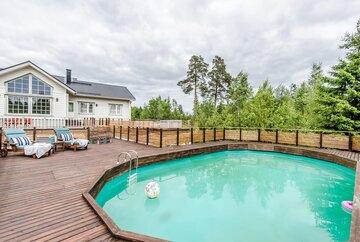 Terassi uima-altaalla luonnonrauhan keskellä