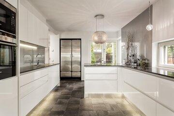 Kristallinen liesituuletin modernissa keittiössä