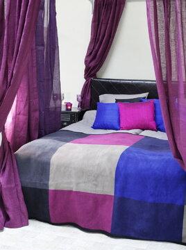 Syviä sävyjä makuuhuoneen tekstiileissä
