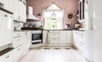 Ripaus roosaa keittiössä