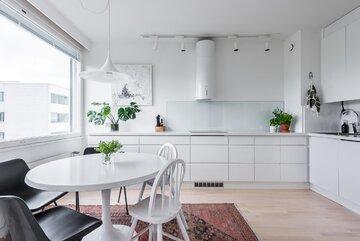Valoisa ja selkeä vetimetön keittiö
