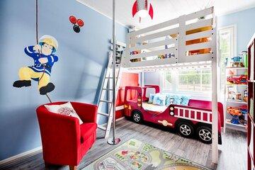 Veikeä pojan huone palomiesteemalla