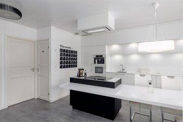 Linjakas mustavalkoinen keittiö