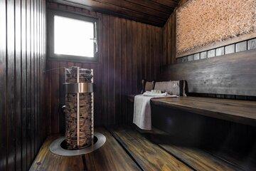 Tyylikäs tummasävyinen sauna