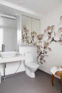 Kukkakuvio vessan seinällä