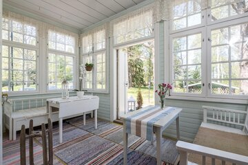 Valoisa veranta vanhoine ikkunoineen