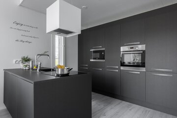 Tyylikäs musta keittiö