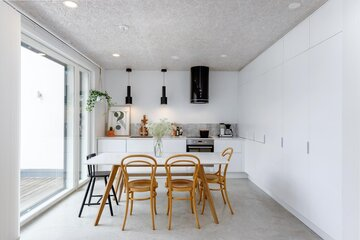 Selkeälinjainen valkoinen keittiö