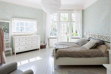 Puutalokodin kaunis makuuhuone