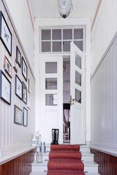 Kaunis portaikko vanhassa talossa