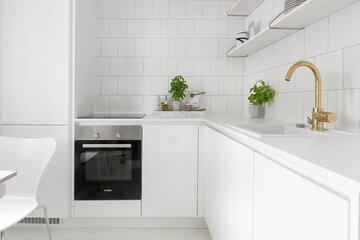 Valkoista ja messinkiä keittiössä