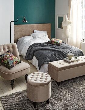 Samettiverhoilu luo makuuhuoneeseen ylellisen ilmeen