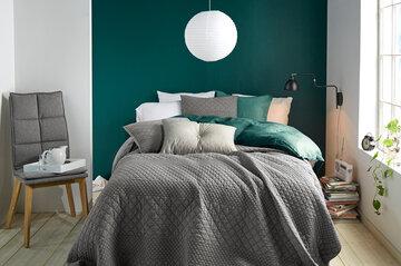 Vihreää ja harmaata makuuhuoneessa