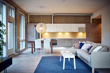 Betoniseinä loft-asunnon keittiössä
