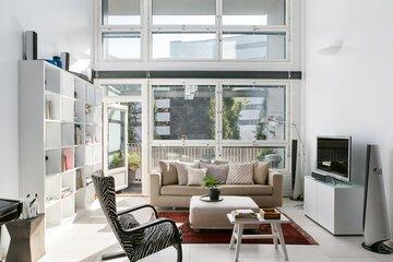 Korkeutta ja valoa loft-kodin olohuoneessa