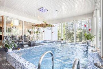 Rentouttava kotikylpylä uima-altaalla