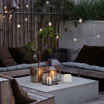 Kaunis valoketju luo tunnelmaa terassille tai parvekkeelle