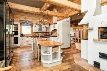 Hirsitalon tilava keittiö