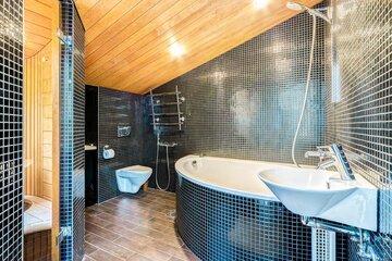 Mustat mosaiikkilaatat kylpyhuoneessa