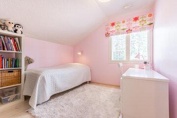 Vaaleanpunaiset seinät lastenhuoneessa