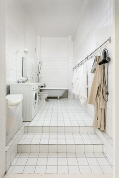 Loft-asunnon kylpyhuoneessa riittää huonekorkeutta