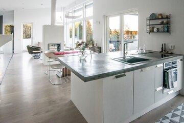 Upea betonitaso keittiössä