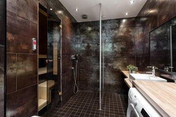 Ruostemaista pintaa kylpyhuoneen laatoissa