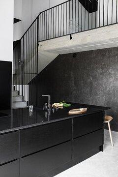 Musta keittiö sopii ympäristöönsä