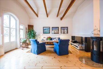 Kattoparrut puutalon olohuoneessa