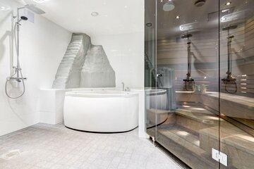 Tyylikäs kylpyläosasto ullakkohuoneistossa