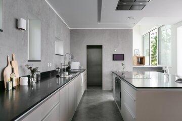 Tyylikäs harmaa keittiö