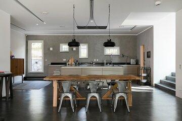 Upea keittiö betonipintoineen