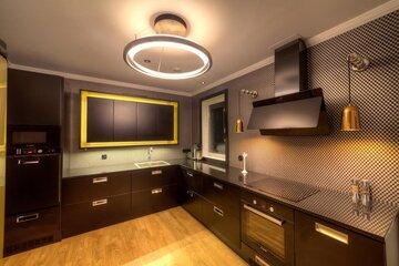 Komea musta keittiö