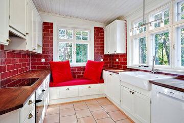 Viihtyisä sohvanurkkaus huvilan keittiössä
