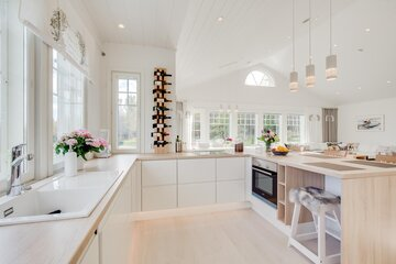 Avara ja valoisa keittiö maisemaikkunoineen