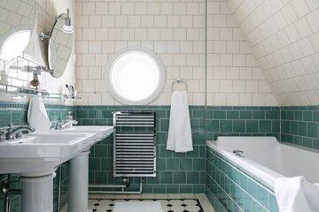 Kaunis pyöreä ikkuna kylpyhuoneessa