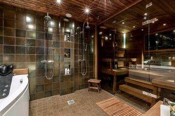Lämminsävyinen saunaosasto