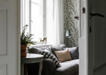 Kutsuva sohva pienessä olohuoneessa