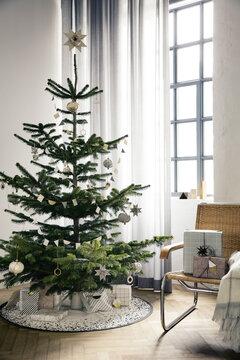 Joulukuusi pukeutuu messinkiin ja posliiniin