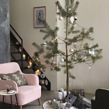 Pelkistetty joulukuusi on koristeltu kauniilla joulupalloilla