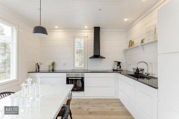 Modernin hirsitalon keittiö