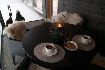 Glögihetki terassilla talvisissa maisemissa